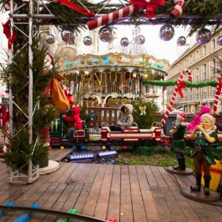 Le carrousel à toute sa place au marché de Noël de Rouen, il apporte une touche poétique au lieu et représente un vrai moment de plaisir pour les enfants