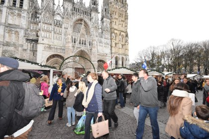 Les passants animent cette belle place de Rouen